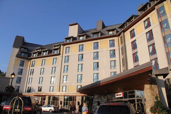 Fairmont Tremblant : ホテル正面。いかにも高級ホテルという雰囲気