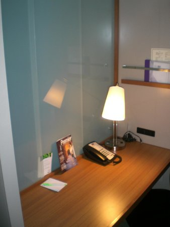 SpringHill Suites Las Vegas Convention Center: Nice little work station.