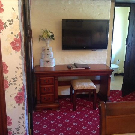 Roundabout Hotel: Room, TV and Dresser
