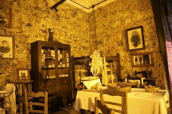 Fagnano Castello, Italia: Reconstruction of a living area with a XIX century manual loom
