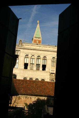 Hotel Lux : 部屋から、サンマルコ広場の鐘楼が見えます