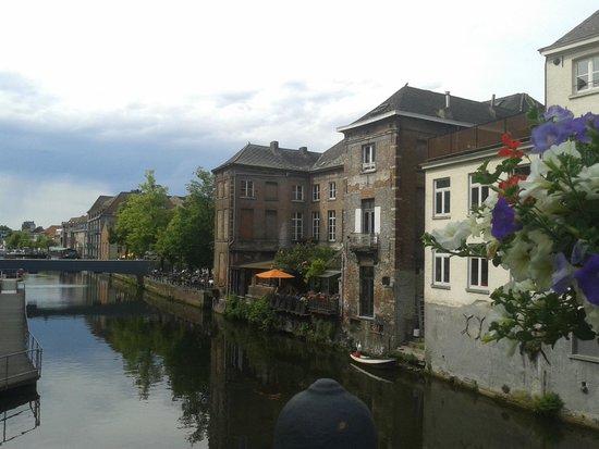 Dijlepad Mechelen met zicht op huizen Vismarkt