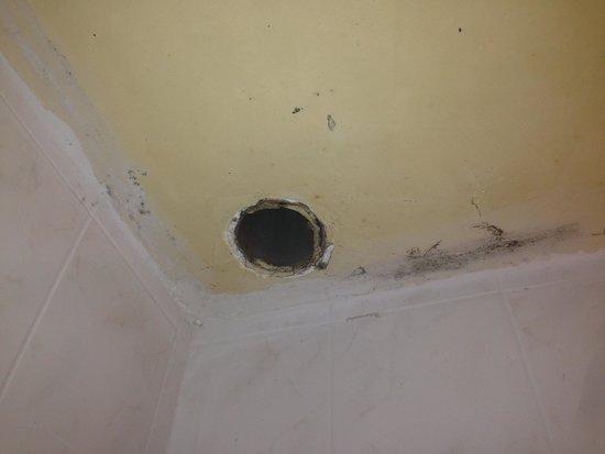 Hotel La Cremaillere : aération de la salle de bain
