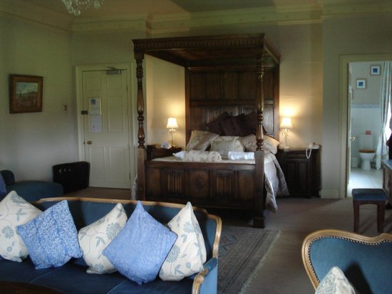 Rowley Manor Country House Hotel: The very palatial bridal suite