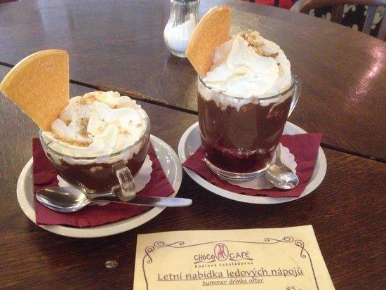Choco Cafe U Cervene Zidle : Chocolate con nueces y Ch con cerezas :)