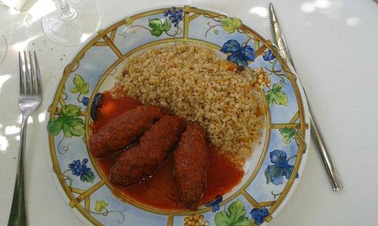 Restaurant grec Le Bouzouki : Roulés à la viande avec une sauce tomate au cumin, et boulgour.