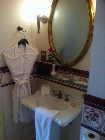 Dalat Palace Luxury Hotel : The bathroom