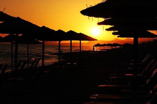 Aquila Porto Rethymno : Восход на пляже.