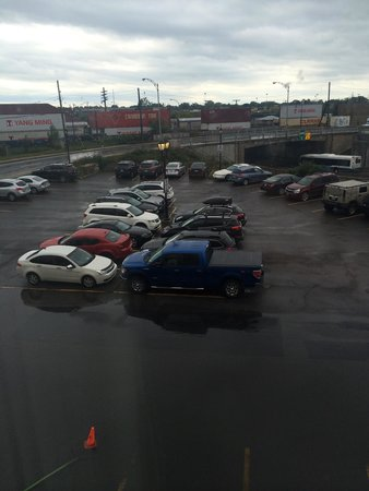 Hotel MTL EXPRESS Montreal Airport: Noise from busy railway and road as well as flooded car park