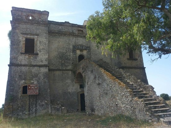 Stignano Mare, Italien: It's an old castle ruin sits on a hill near the Riace Marina in southern Italy. It housed soldie