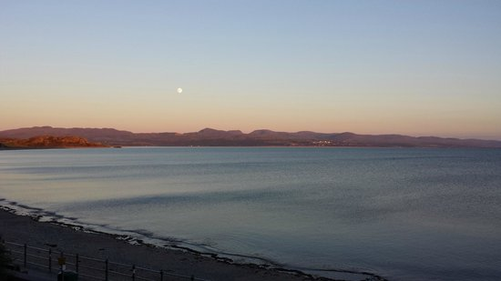 Caerwylan Hotel: Sunset with the moon over the bay outside the hotel