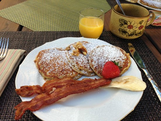 Country Sunshine Bed and Breakfast : Walter's delicious and healthy banana pancakes!