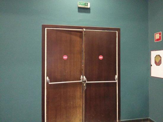 IBEROSTAR Saidia: Puerta de emergencia cerrada con cadena.