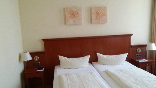 Hotel Augustinenhof: Blick auf das Doppelbett