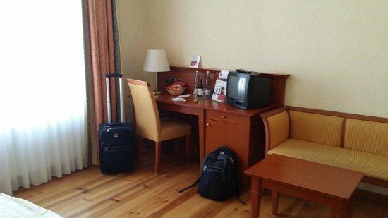 Hotel Augustinenhof: Der Schreibtisch mit Fernseher