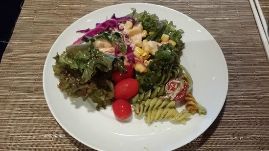 Bangkok Marriott Hotel Sukhumvit : Made my own salad 1