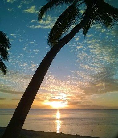 Amuri Sands, Aitutaki: sunset on the beach