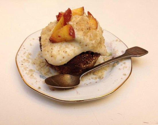 Amble: brutto ma buono: muffin al cioccolato con mousse alla pesca e mandorle