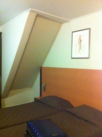 Hotel du Lion : chambre mansardée au 8ème etage