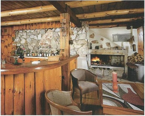 Dalem's Chalet: fireplace in dining room