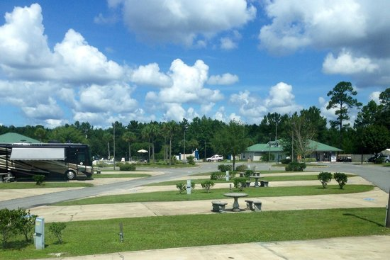Pecan Park RV Resort: View towards office, pool and entrance.