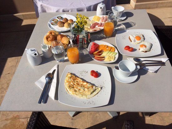 O&B Athens Boutique Hotel: Breakfast on our balcony! So accommodating and delicious