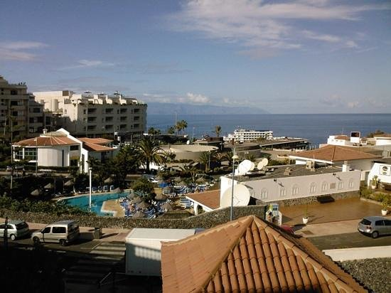 Ona El Marqués: view from appartments across pool and out to La Gomera