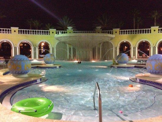 Hilton Grand Vacations at Tuscany Village: pool at night from the bar