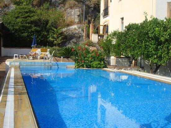 Villa Fiorita: Pool, room with access veranda at the back