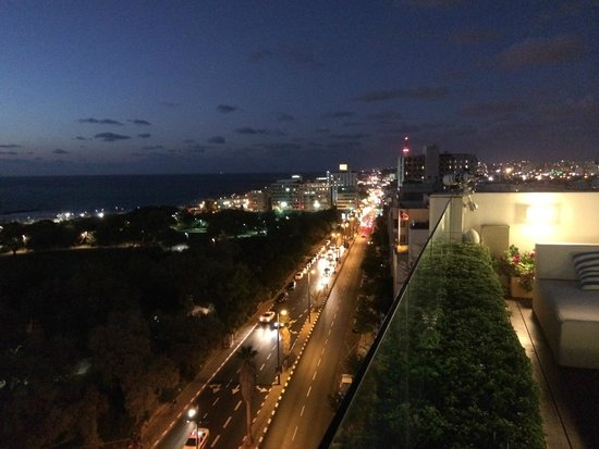 Melody Hotel   Tel Aviv - an Atlas Boutique Hotel: Roof night view - North