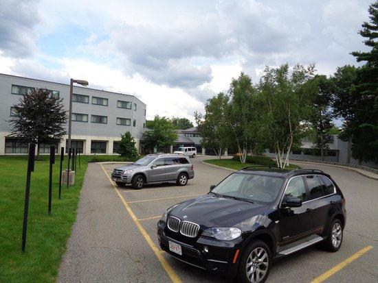 Babson Executive Conference Center: Estacionamento e prédio dos quartos
