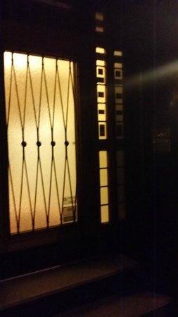 Wurms Hotel: ingresso sempre chiuso per accedere SUONARE il campanello