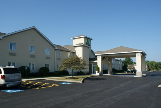 Holiday Inn Express Vermillion: Exterior of the Hotel