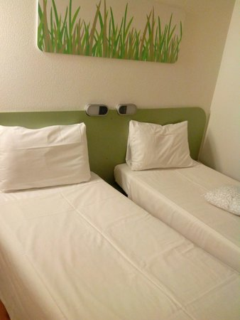 Ibis Budget Madrid Vallecas: Bed apointment.
