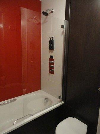 Village Hotel Blackpool: Bathroom