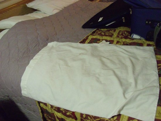 Days Inn Seattle South Tukwila: Blood on my pillowcase