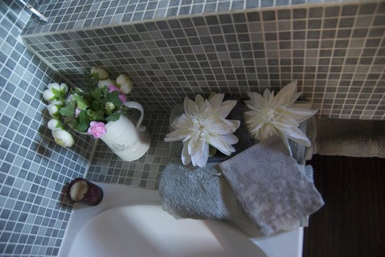 Villa Des Roses: Bathroom details