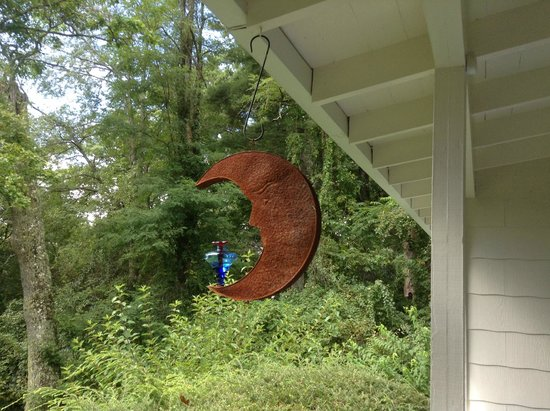 Colonial Pines Inn Bed and Breakfast: One of the very active hummingbird feeders on the veranda