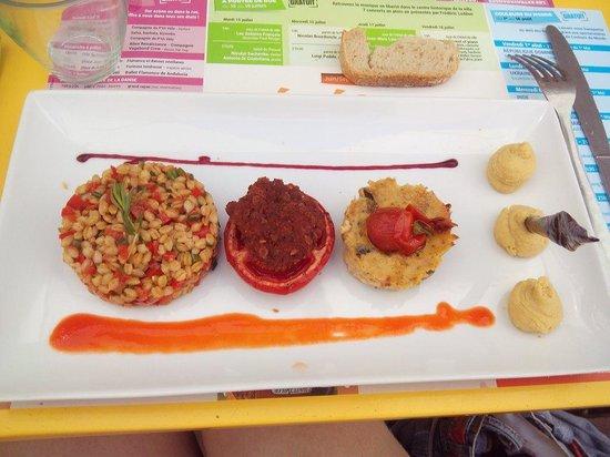 Comme a la Maison: Le plat principal : houmous une tomate farcie,du blé aux petits legumes, un flan aux courgettes