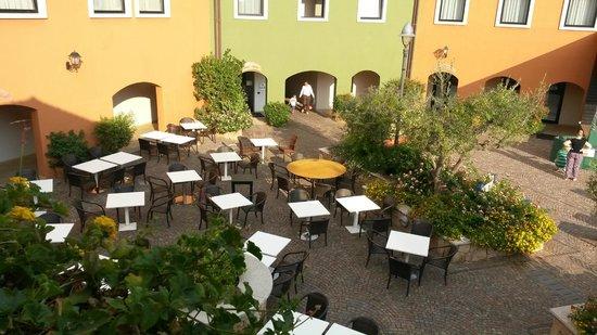 Geovillage Sport Wellness & Convention Resort : Ristorante Sa Mesa nella Piazzetta