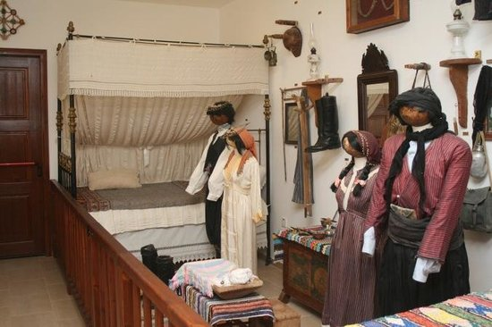 The Steni Museum of Village Life : Bed and traditional costumes