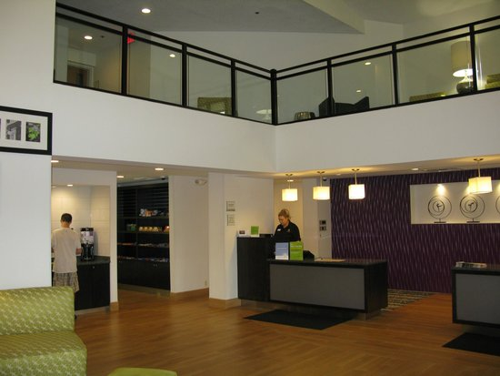 La Quinta Inn & Suites Detroit Metro Airport: The Lobby