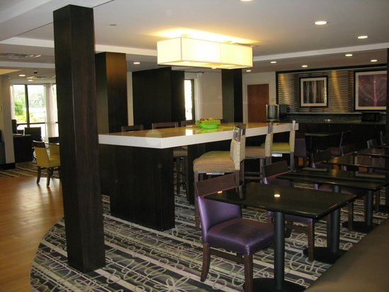 La Quinta Inn & Suites Detroit Metro Airport: The Breakfast Area