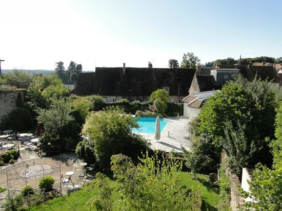 Hostellerie de la Tour d'Auxois: View of pool from the room