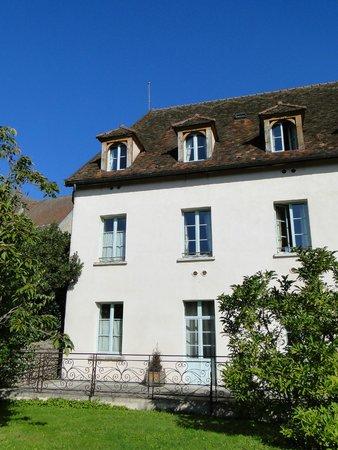 Hostellerie de la Tour d'Auxois: View of hotel from pool area