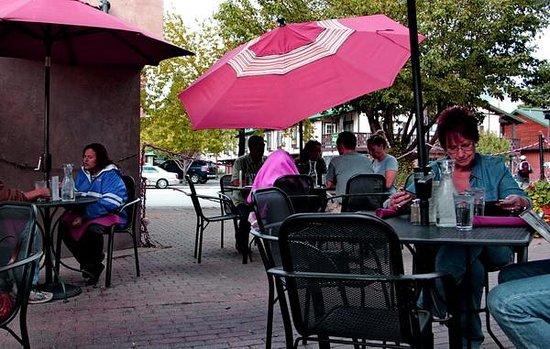 Mahogany Ridge Brewery and Grill: Mahogany's popular patio