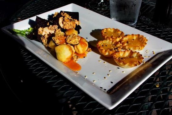 Mahogany Ridge Brewery and Grill: Salmon, mango and shrimp tapas
