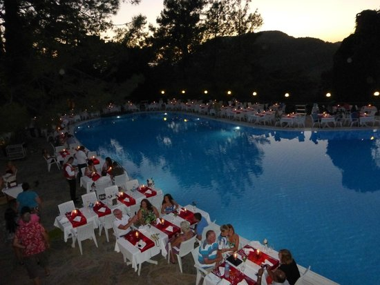 Montana Pine Resort: weekly dinner by the pool