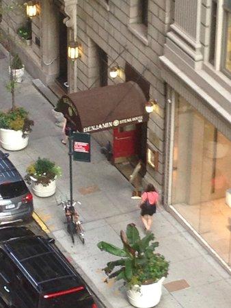 Benjamin Steakhouse : L'ingresso del ristorante dalla finestra della nostra stanza d'albergo.