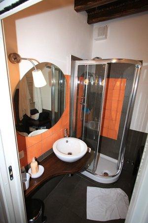B&B Bonsignori: orange room bathroom